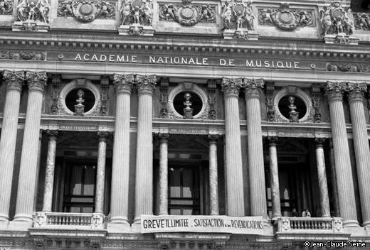 Mai 68 - Paris - Opera Garnier occupe